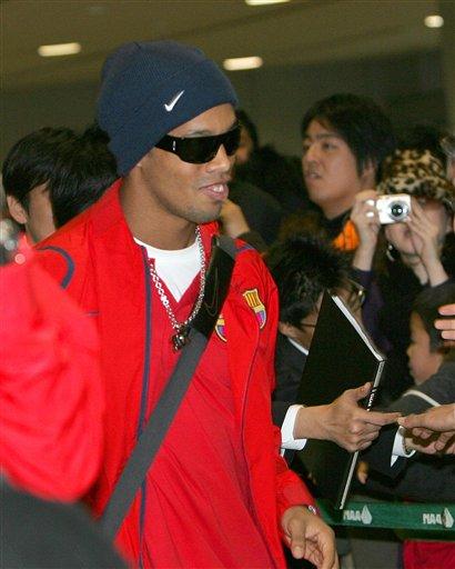 图文-巴萨抵达东京备战世俱杯小罗到哪儿都是焦点