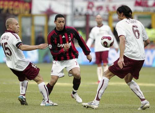 图文-[意甲]AC米兰0-0都灵奥利维拉陷入夹击
