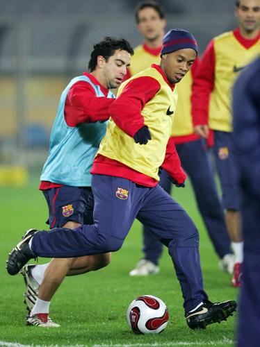 图文-世俱杯巴塞罗那训练备战哈维成了小罗的对手
