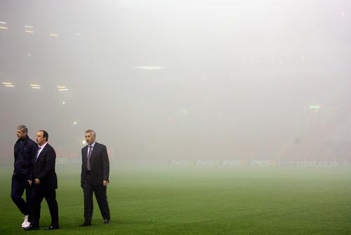 图文-大雾推迟联赛杯豪门对话温格贝尼特斯无奈走开