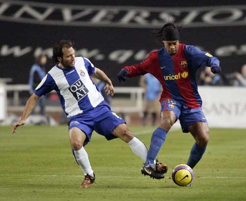图文-[西甲]西班牙人VS巴塞罗那小罗轻松过人