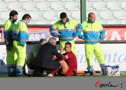 图文-[意甲]梅西纳1-1罗马托蒂在场边接受治疗