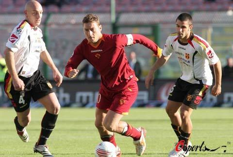 图文-[意甲]梅西纳1-1罗马托蒂带球突破对手