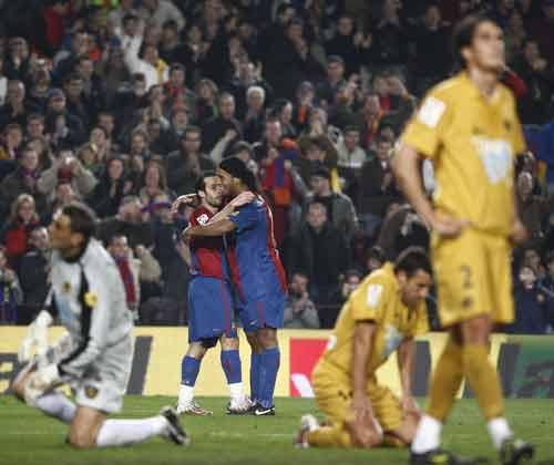 图文-[西甲]巴塞罗那3-0塔拉戈纳小罗的拥抱暖人心