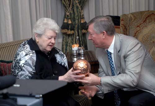 图文-弗格森匈牙利足球之行这可是个珍贵纪念