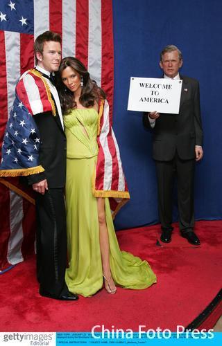 图文-小贝夫妇蜡像纽约亮相布什举牌表示欢迎