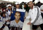 图文-齐达内泰国参加爱滋儿童活动齐祖笑容灿烂