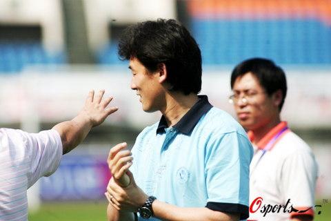 图文-孙继海观看成都谢菲联比赛继海轻松言笑