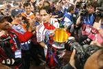 图文-AC米兰问鼎欧洲冠军杯英雄因扎吉捧金杯