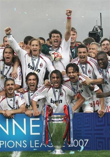 图文-AC米兰问鼎欧洲冠军杯让我们疯狂欢庆吧