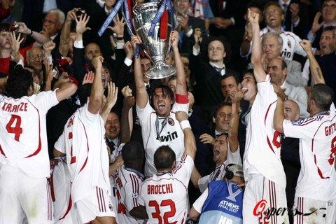 图文-AC米兰问鼎欧洲冠军杯马尔蒂尼开心捧杯庆祝