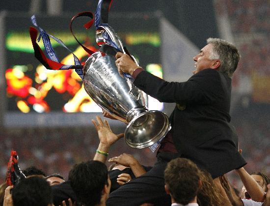 图文-欧冠联赛AC米兰捧杯安切洛蒂与队员一起庆祝