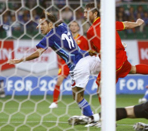 日本2比0胜黑山高原直泰抢点破门瞬间