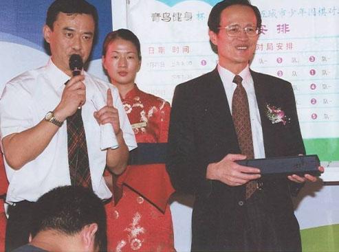 弈坛春秋围棋频道承办的第一个国际比赛陈老颁发礼品