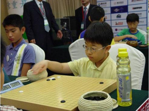 弈坛春秋围棋频道承办的第一个国际比赛神情专注