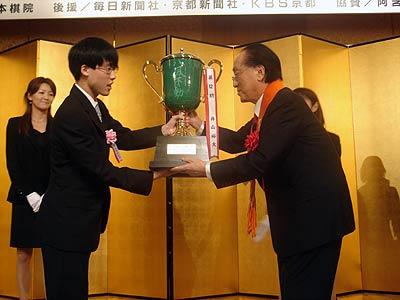 图文-日本阿含-桐山杯桐山靖雄为井山裕太颁奖