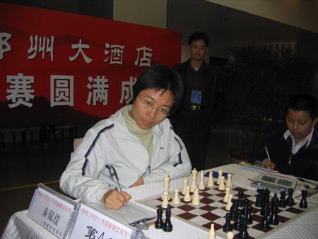 图文-国际象棋联赛6强赛第7轮秦侃滢认真记录
