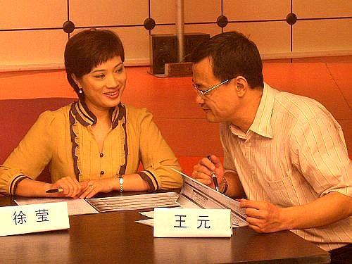 图文-女主播训练营第4天王元徐莹在给选手认真打分
