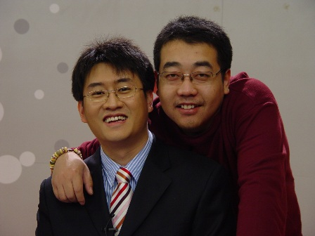 图文-《韩国联赛》节目录制花絮岳亮和摄像田宾