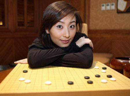 图文-朱雨辰客串记者采访唐莉顾盼在棋盘之边