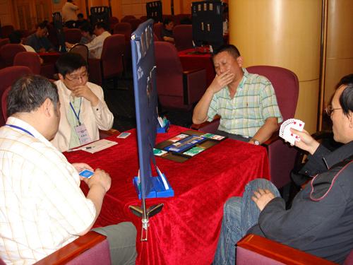 图文-2007全国桥牌A类俱乐部联赛庄则军在比赛中
