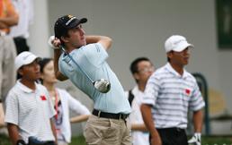 奥格维为中国球员鼓劲艾伦比现场展示幸运4号铁