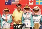 图文-东方名人赛赛前练习日罗拉与球童感情深