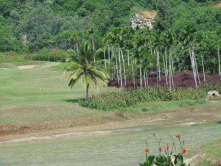 图文-海南南燕湾高尔夫球场逶迤的球场风光