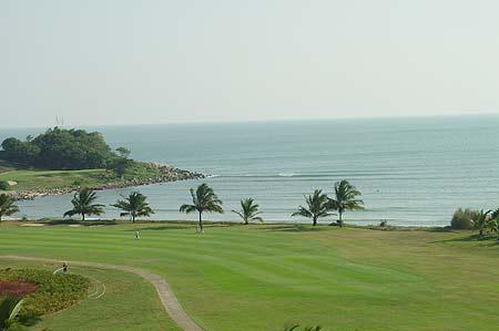图文-海南南燕湾高尔夫球场浩瀚的大海成一景