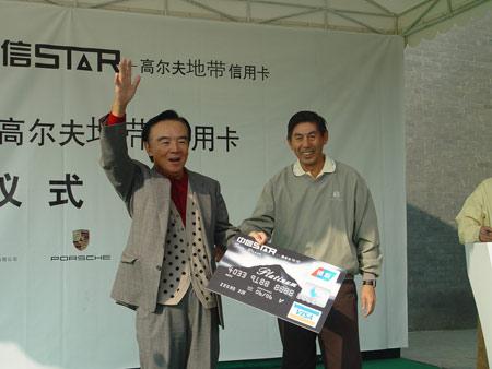 图文-国内首张高尔夫信用卡刘先生成首个客户