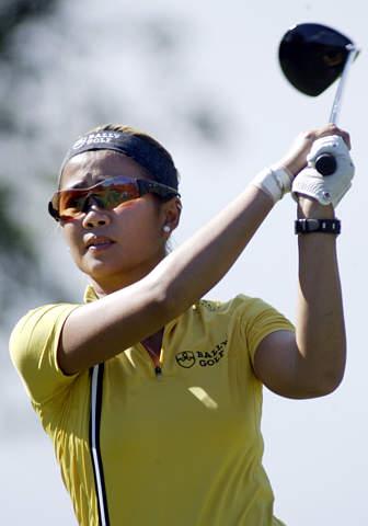 图文-ADT女子锦标赛第二轮罗萨丽斯开球