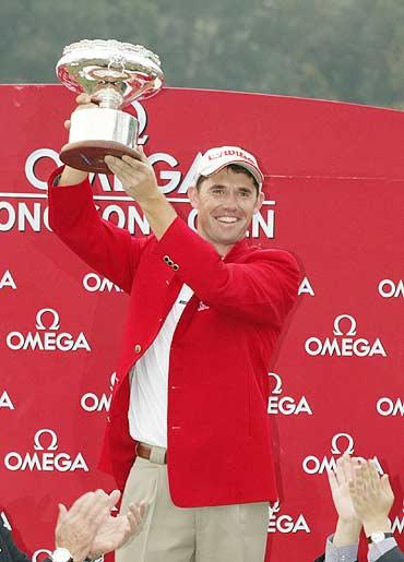 图文-香港高尔夫公开赛哈灵顿力捧冠军杯