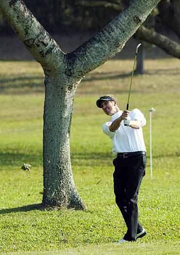 图文-香港高尔夫球公开赛法尔多白衣上阵