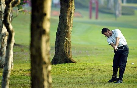 图文-香港高尔夫球公开赛法尔多陷如树林中