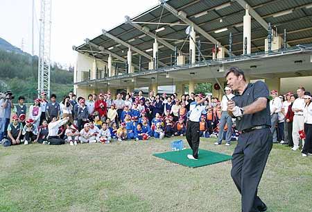 图文-香港高尔夫球公开赛球星进行示范教学