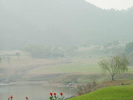 图文-广州番禺南沙球会云雾缭绕中的球道