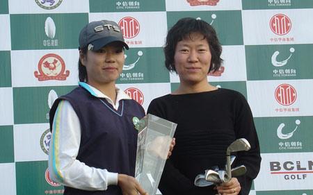 图文-中信朝向业巡赛决赛轮女子冠军胡玲领奖