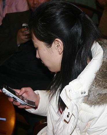 图文-新E俱乐部新春联谊会现场短信竞猜活跃气氛