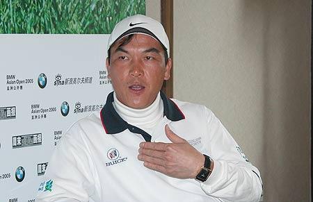 图文-张连伟作客新浪聊天室与网友分享高尔夫