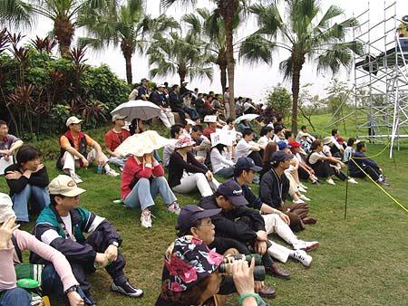 图文-2005年亚日朝王杯决赛轮现场观赛头顶骄阳