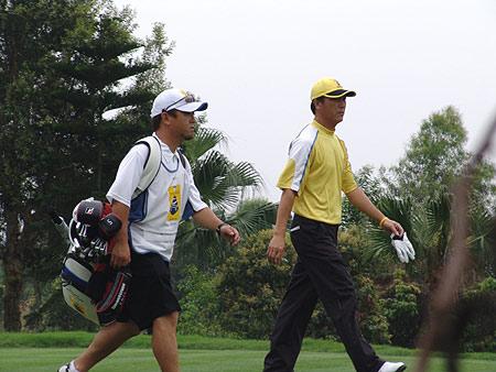 图文-2005年亚日朝王杯决赛轮张连伟获胜不轻松