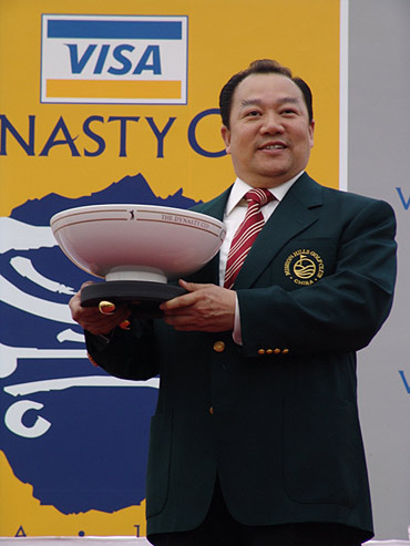图文-朝王杯对抗赛圆满收杆朱树豪举起朝王杯