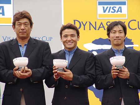 图文-朝王杯对抗赛圆满收杆日本三将手捧奖杯