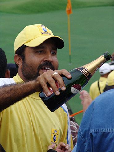 图文-朝王杯对抗赛圆满收杆来分享胜利的香槟