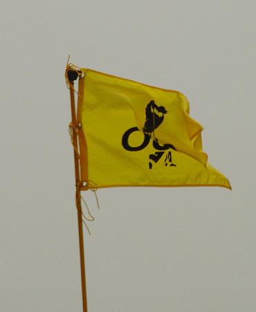 图文-90洞高尔夫拉力大奖赛比赛旗帜风中飘摇