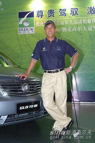 图文-汽车品牌携手高尔夫球员张连伟驾驭别克轿车