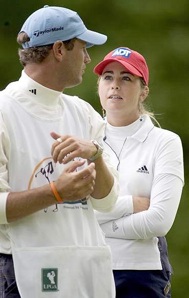 图文-LPGA赛贝斯精英赛第三轮克里墨与她的球童