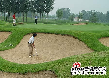 图文-北京高尔夫球巡回赛沙坑消磨球员斗志