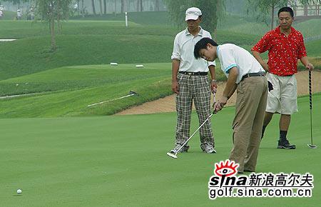 图文-北京高尔夫球巡回赛看看这个球能否进