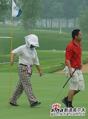 图文-北京高尔夫球巡回赛小鸟球后斗志昂扬